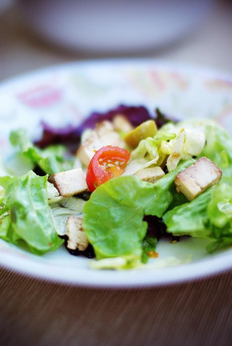 ensalada de tofu ahumado + tomates cherry + nueces + aceitunas verdes + semillas de sésamo + vinagre de frambuesa = riquísimo!!